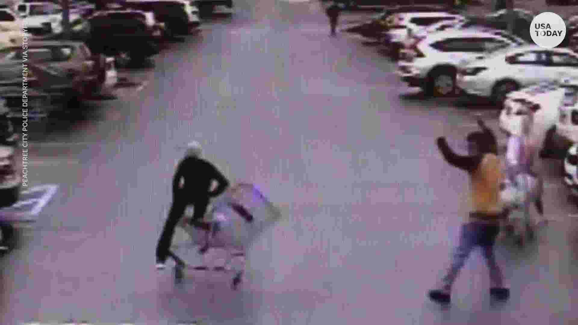Shopper helps police take down suspect with shopping cart in Walmart parking lot